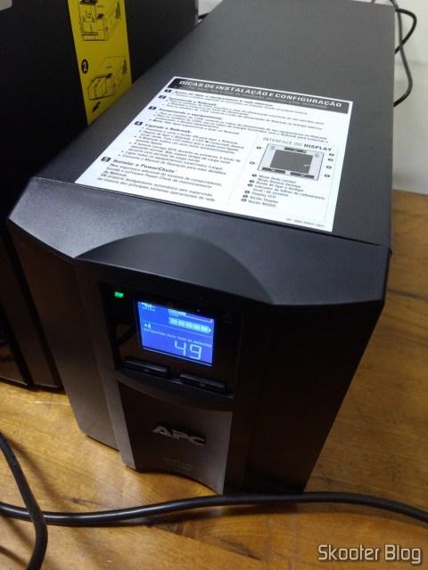 Nobreak inteligente Smart-UPS C da APC, de 1500 VA e 120 V, Brasil - SMC1500-BR, em funcionamento.