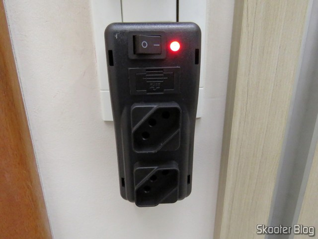 Filtro De Linha 2 Tomadas - Modelo Plug In - Sem Cabo, em funcionamento.