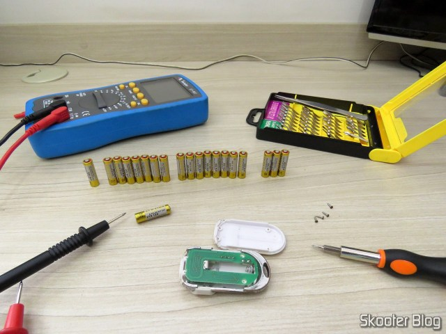 Instalando uma bateria 27A no controle remoto.
