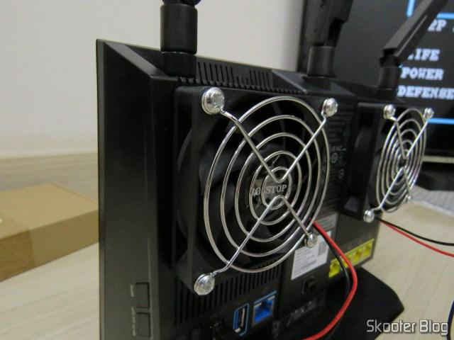 ASUS RT-AC86U com os ventiladores instalados.