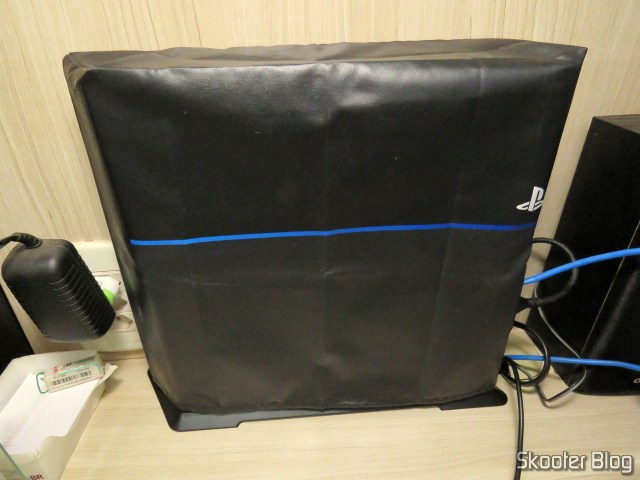 2º Vertical mounting bracket for Playstation 4 (stand) installed on my Playstation 4, with cover.
