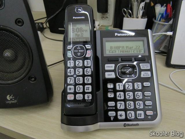 Base principal do Sistema de Telefones Sem Fio Panasonic KX-TGF574S, em funcionamento.