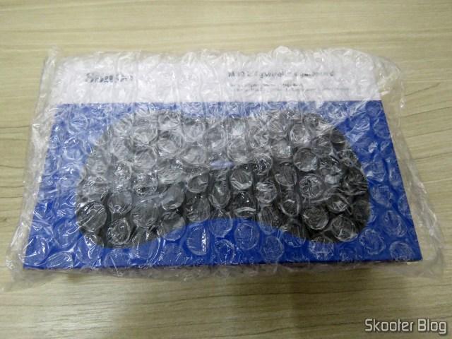 Caixa de prateleira do 8BitDo M30, embrulhada em plástico bolha.