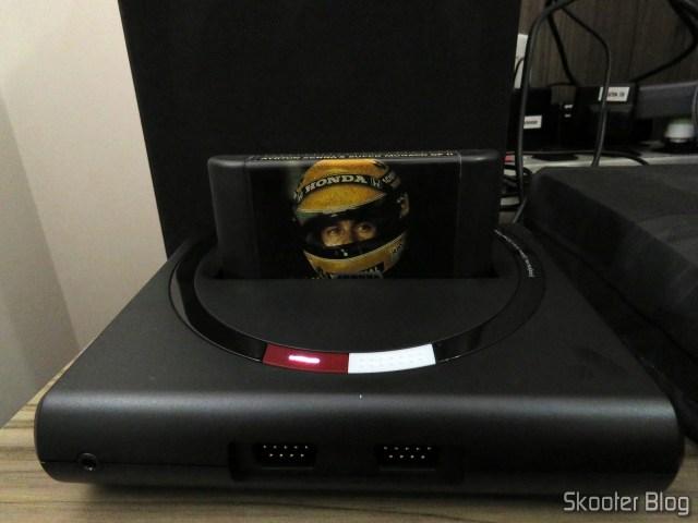 Analogue Mega Sg com o cartucho do Ayrton Senna's Super Monaco GP II da Tec Toy.