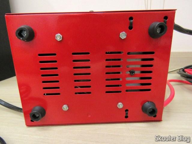 Parte de Baixo do Carregador de Baterias 12V Expert Charger PR10.