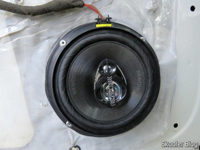 Alto Falante Triaxial Bravox Linha Original 6 Pol B3X60 VWGOL, já fixado na porta.