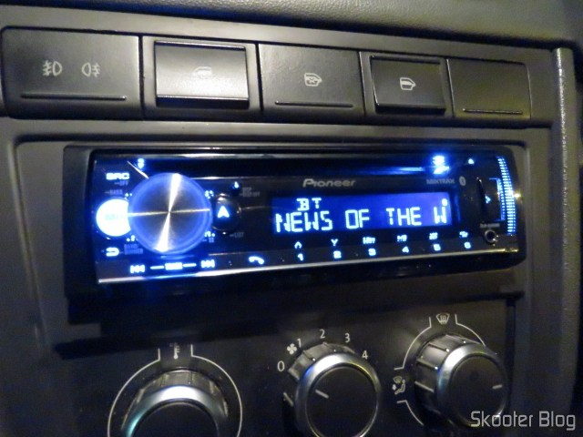 Som Automotivo Pioneer CD Player MP3 AM/FM - Bluetooth USB Auxiliar DEH-X500BR, em funcionamento.