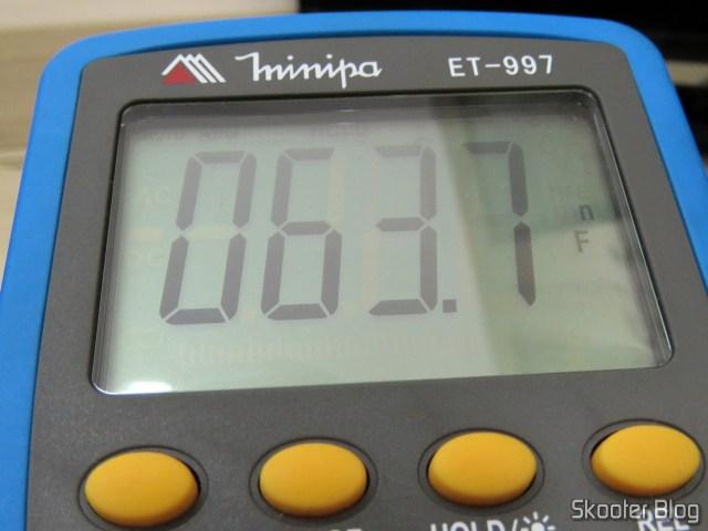 Measuring capacitor C221 with the multimeter Minipa ET-997.