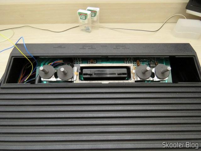 O Atari 2600 sendo fechado.