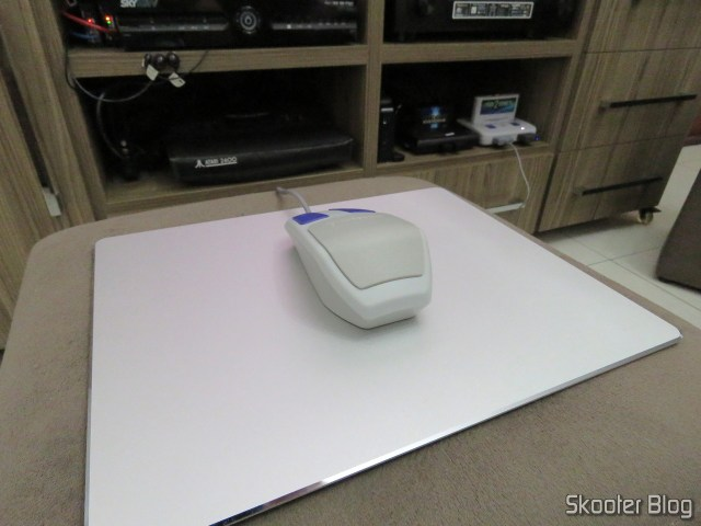 Mouse Pad Aluminum Alloy Metallic Xiaomi 300x240x3mm, with the Super Nintendo Mouse.