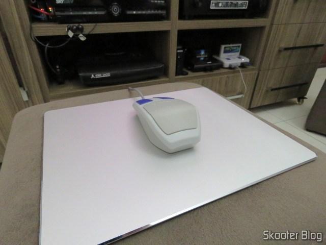 Mouse Pad Metálico de Liga de Alumínio Xiaomi 300x240x3mm, com o Mouse do Super Nintendo.