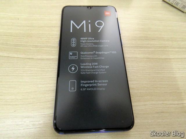O Xiaomi Mi 9, ainda com o selo de proteção na tela.