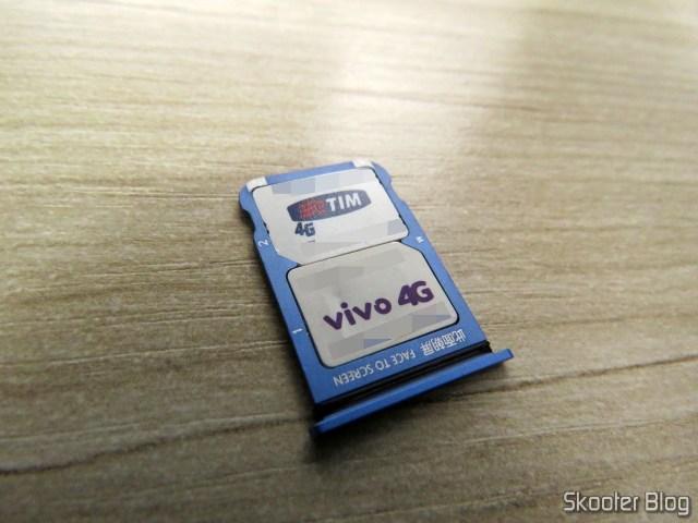Gaveta dos SIM Cards do Xiaomi Mi 9, com meus dois chips.