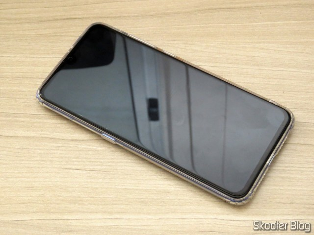 O Xiaomi Mi 9, com a película da Nillkin aplicada.