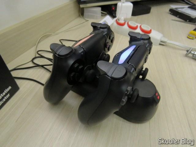 Fosmon PS4 Dual Charging Station, em funcionamento, carregando dois DualShock 4.