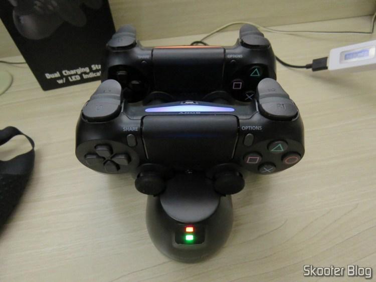 Fosmon PS4 Dual Charging Station, em funcionamento, carregando dois DualShock 4: um já está pronto.