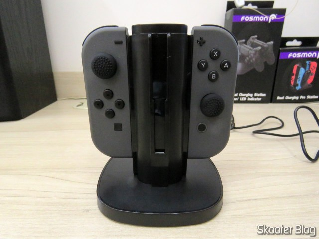 Fosmon Nintendo Switch Joy-Con Charging Dock, 4-in-1, em funcionamento.