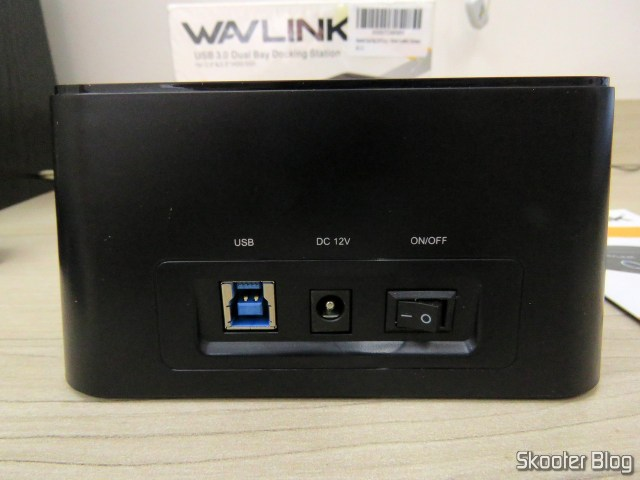 """Parte traseira do Wavlink USB 3.0 Dual Bay Docking Station para HDDs e SSDs de 2.5"""" e 3.5""""."""