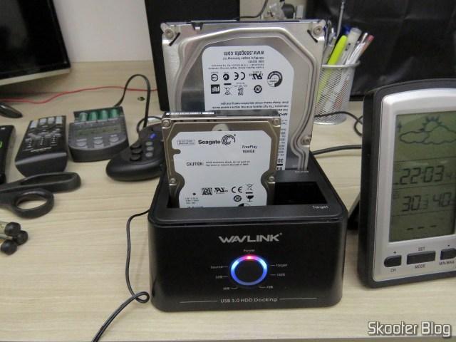 """Wavlink USB 3.0 Dual Bay Docking Station com HDD de 3.5"""" e HDD de 2.5"""", em funcionamento."""