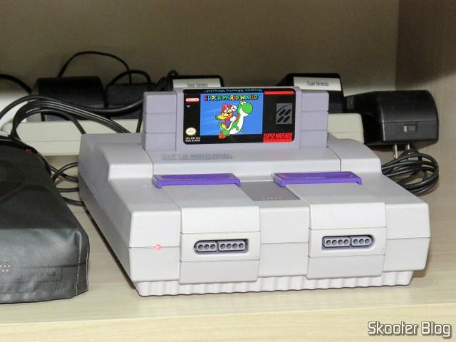 O Super Nintendo sendo testado na TV CRT.