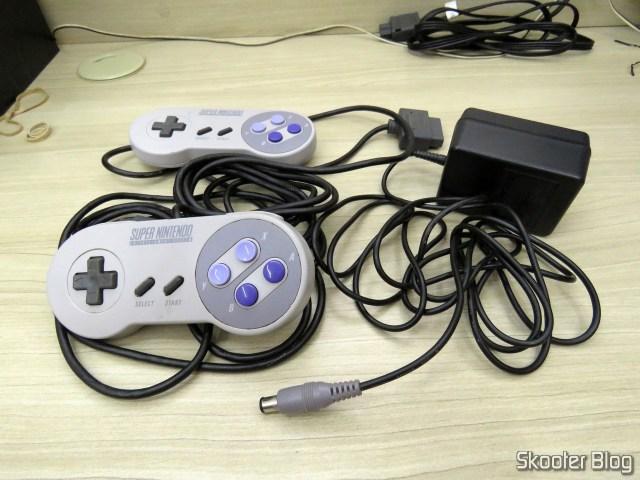 Os dois controladores e a fonte do Super Nintendo.