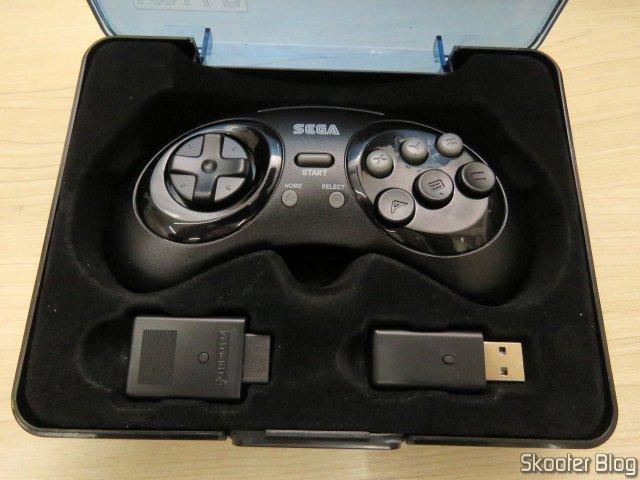 Controlador de Mega Drive Retro-Bit Sem Fio Arcade Pad 2.4 GHz, no estojo que o acompanha, com seus dois receptores.
