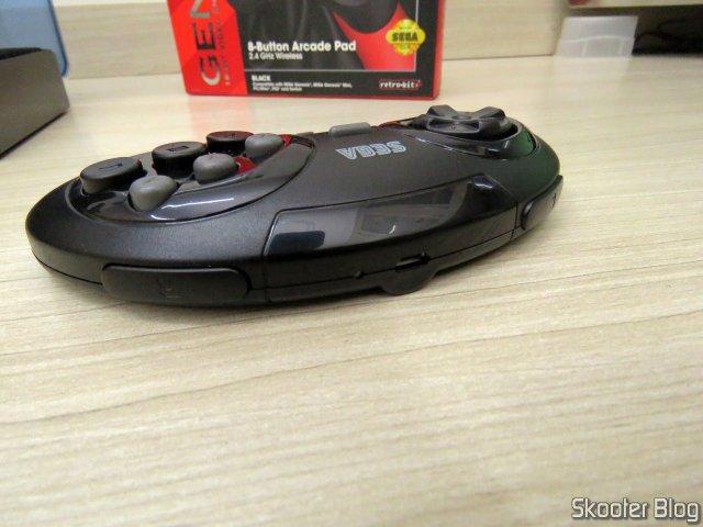 Controlador de Mega Drive Retro-Bit Sem Fio Arcade Pad 2.4 GHz.