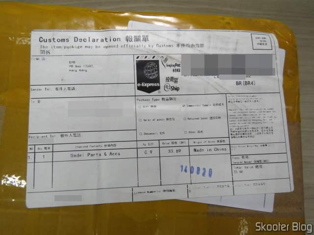 Pacote com o Carregador de Baterias Inteligente SKYRC MC3000.