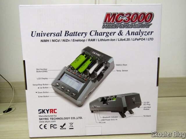 Carregador de Baterias Inteligente SKYRC MC3000, em sua embalagem.