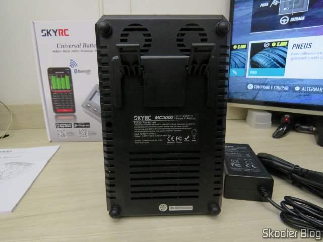 Parte de baixo do Carregador de Baterias Inteligente SKYRC MC3000.