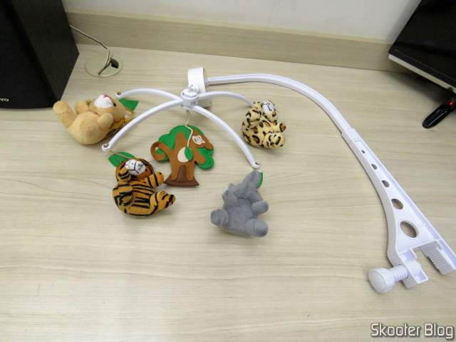Mobile Baby Crib Musical and Spinning Forest Animals, sendo montado.