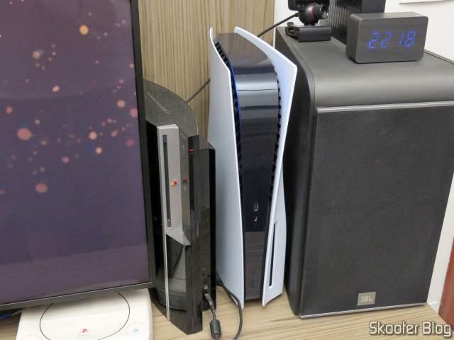 PlayStation 5, instalado e em funcionamento.