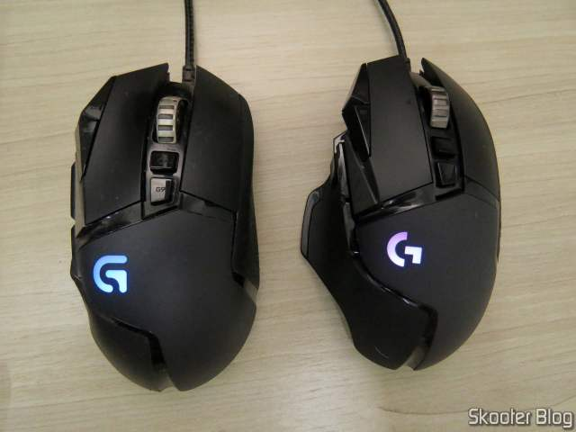Mouse Logitech G502 Proteus Spectrum ao lado do Logitech G502 Hero.