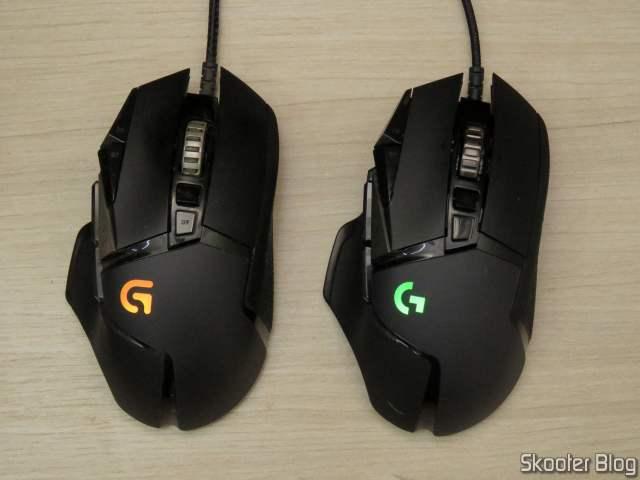 Mouse Logitech G502 Proteus Spectrum ao lado do Logitech G502 Hero.