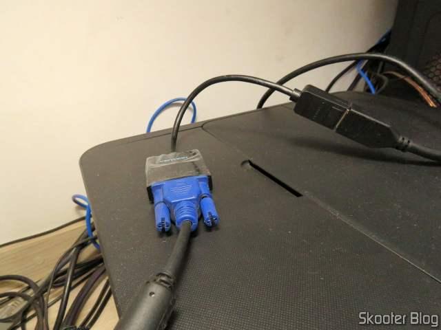Adaptador de DisplayPort (DP) para VGA Vention, em funcionamento.