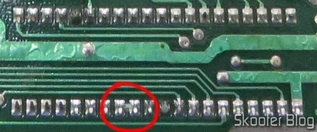Ponte entre os pinos de áudio do TIA em foto antiga da PCB do meu Atari 2600.