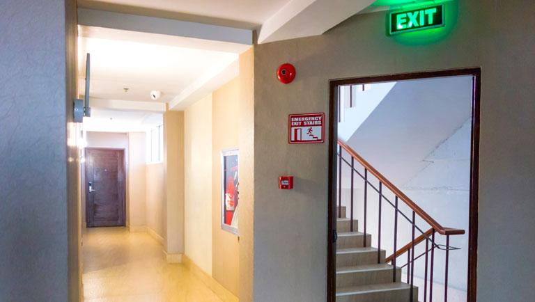 Exemplo de saída de emergência.