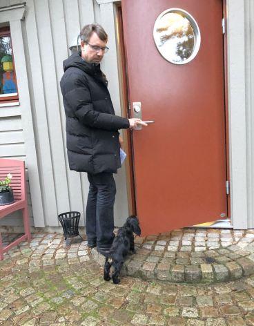 Harry stiger in i sitt nya hem