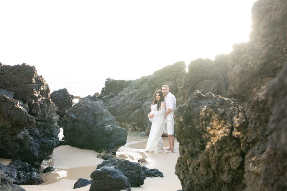 couple maternity rocks maui