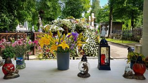 Flowers in Bellu Cemetery