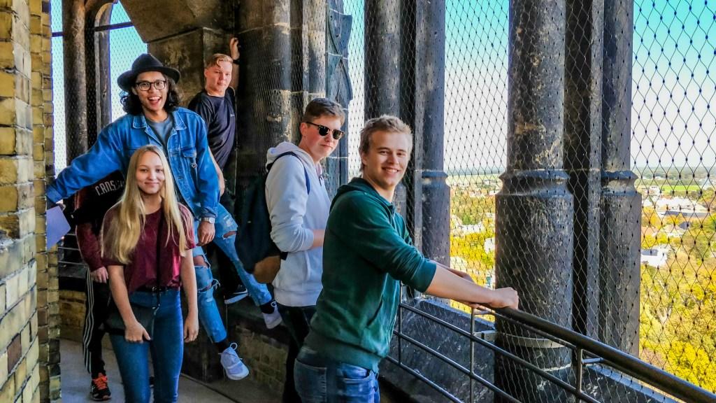 Iloisia oppilaita Wittenbergin linnankirkon tornissa