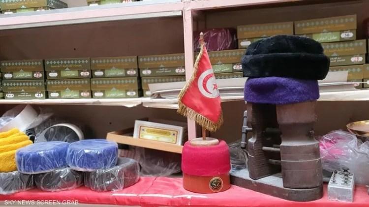 القلنسوة حمراء في تونس وسوداء في ليبيا