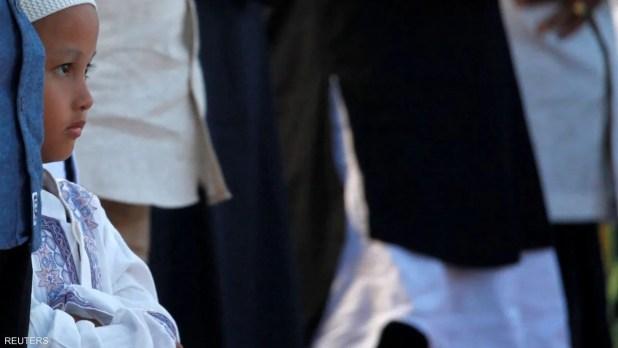 أطفال بصحبة آبائهم في جاكرتا