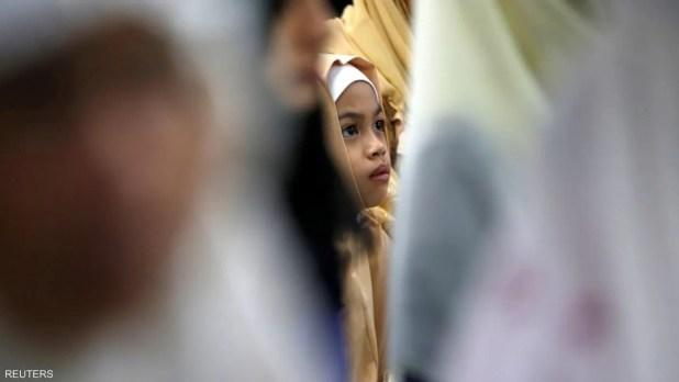 طفلة أثناء صلاة العيد في سنغافورة