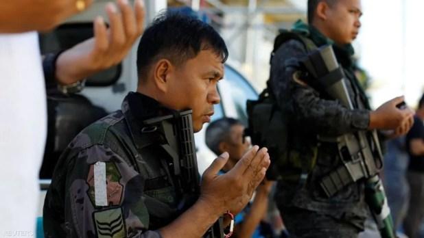 وفي الفلبين صلاة بالبزة العسكرية