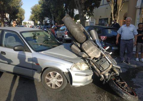 Μια μοτοσυκλέτα «καβάλησε» ΙΧ αυτοκίνητο: Σοβαρά τραυματίας ο οδηγός της