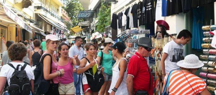 Ρυθμίζονται οι όροι για το επάγγελμα του τουριστικού συνοδού