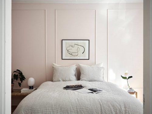 Chique slaapkamer met lichtroze muren  Slaapkamer ideen