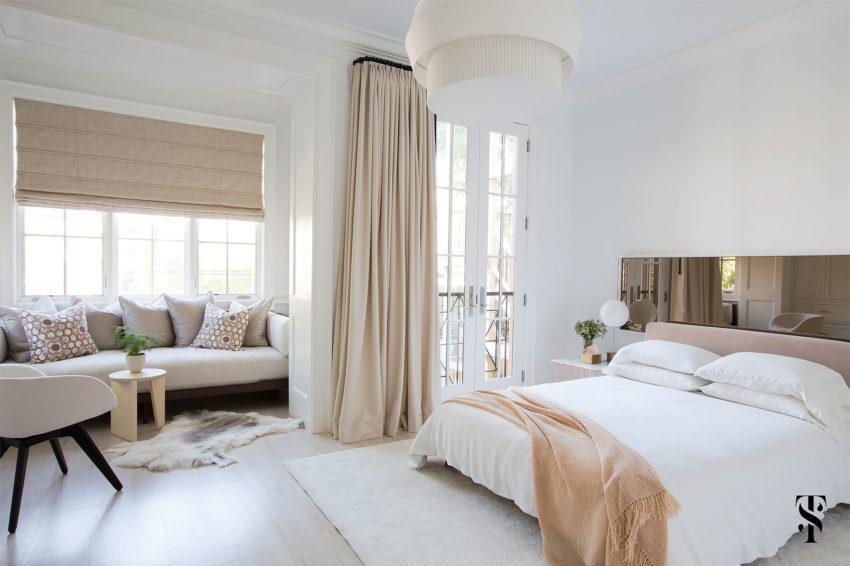 Grote lichte slaapkamer met een loungehoek  Slaapkamer ideen