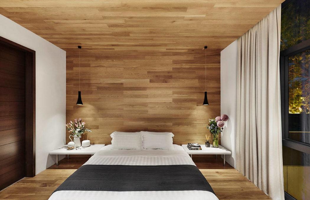 Luxe slaapkamer met houten vloer wand en plafond